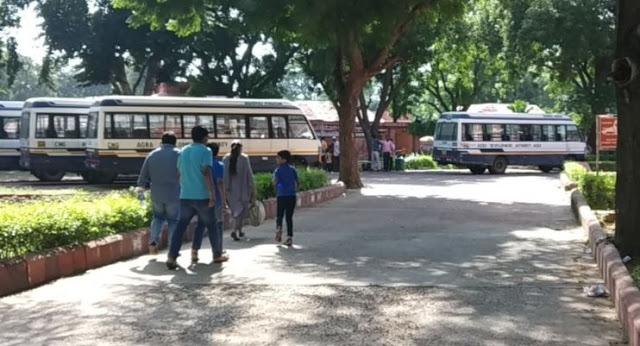 फतेहपुर सीकरी में बसों के लिए इधर-उधर भटक रहे सैलानी