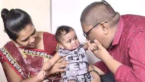 आग में झुलसी अनाथ बच्ची के इलाज के लिए पति-पत्नी ने बेचा घर का सामान