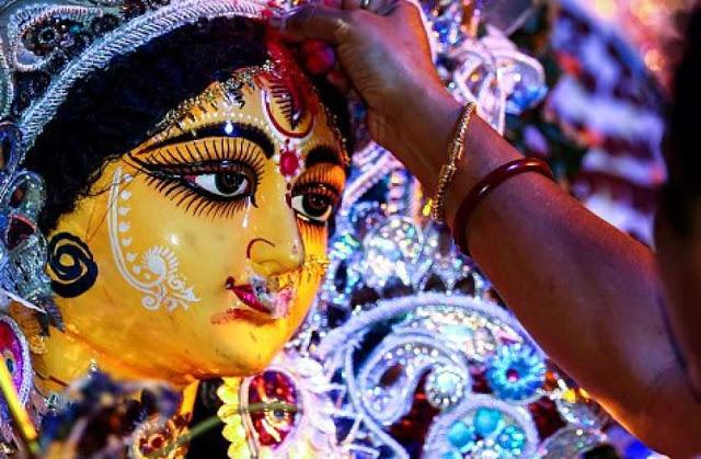 स्त्रियां खुद भी अपने भीतर की दुर्गा को पहचानने और उसका इस्तेमाल करना सीखे