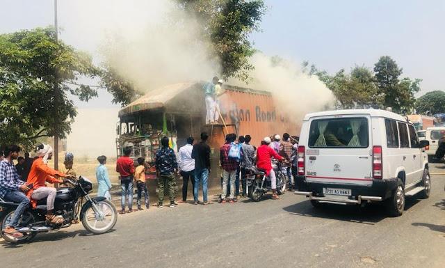 रोड किनारे गत्ता लदे कंटेनर में लगी आग